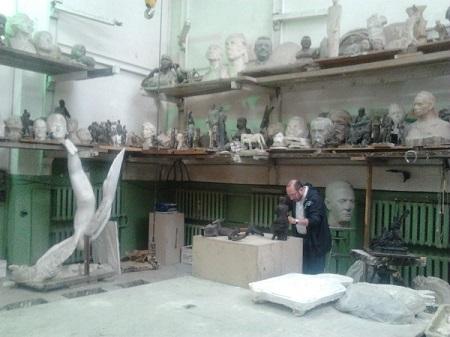 Скульптор Александр Рябичев в своей мастерской