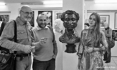 Фото Игорь .Дремин у портрета Пушкина с Геннадием Красношлыковым и Даниэлой Рябичевой