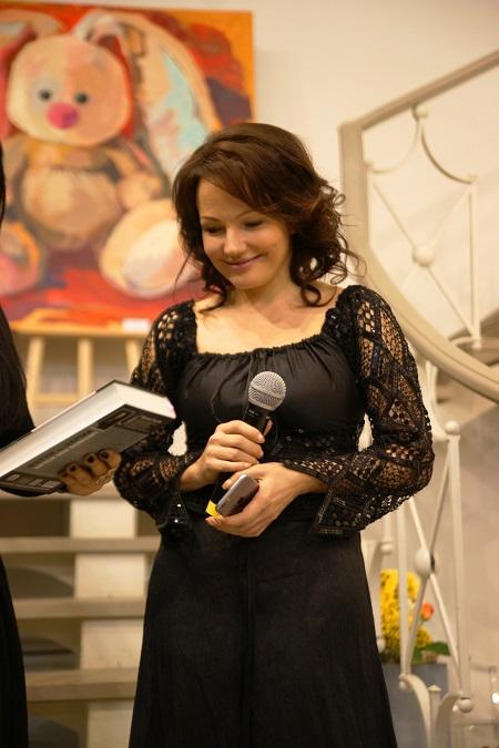 Художник  Дарья Багринцева на открытии своей Выставки  «CURRICULUM VITAE»   ( ХОД ЖИЗНИ ) в  Арт-центрVauxhall