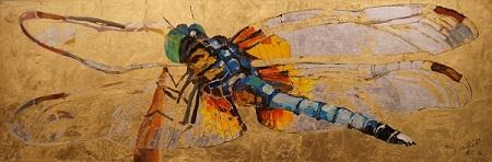 Кто в детстве не мечтал о крыльях? Прозрачные стрекозы, их всегда хотелось разглядеть, приблизиться, но они так неуловимы. Дарья Багринцева дарит нам возможность насладиться этими переливами цветов, отражениями, бликами в тонкой сеточке крыльев, сделав их по размеру, больше подходящему человеку, чтобы взлететь.