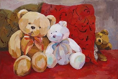 Итак, мы входим: на стенах разместилась коллекция картин — галерея неожиданных портретов, в которых мягкие игрушки представлены в добрых ироничных композициях. Они как люди (не так ли мы воспринимали их в детстве?) наделены характерами и живут своей жизнью. Это им мы когда-то придумывали черты, которые нам импонировали, и они становились нашими лучшими друзьями.