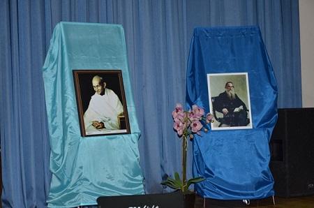 Портреты духовных лидеров Махатмы Ганди и Льва Толстого  были установлены на сцене, где происходила Торжественная часть мероприятия.
