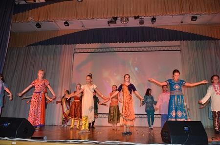 В исполнении учащихся шестого класса, который является в Гимназии «классом Индии», был исполнен современный индийский танец из кинофильма «Миллионер из трущоб».