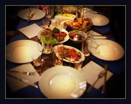 """Кафе """"Шпинат"""" называют еще """"кафе для своих"""".  Маленькое уютное заведение становится постоянным местом встреч с друзьями для тех, кто ценит грузинскую кухню."""
