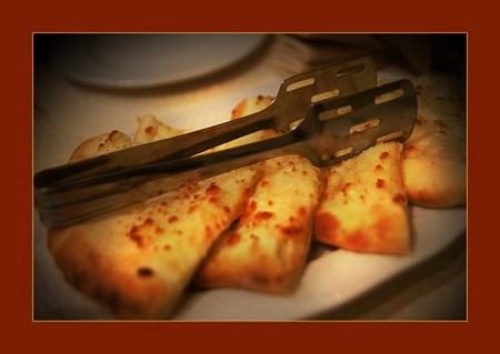 """Вам предложат богатое меню аутентичной грузинской кухни, но непременно стоит попробовать фирменное блюдо  """"Хинкали"""" и, конечно, хачапури.   На фото: """"Хачапури по-Менгрельски"""" Знаменитая грузинская лепешка с сыром сулугуни 360 руб."""